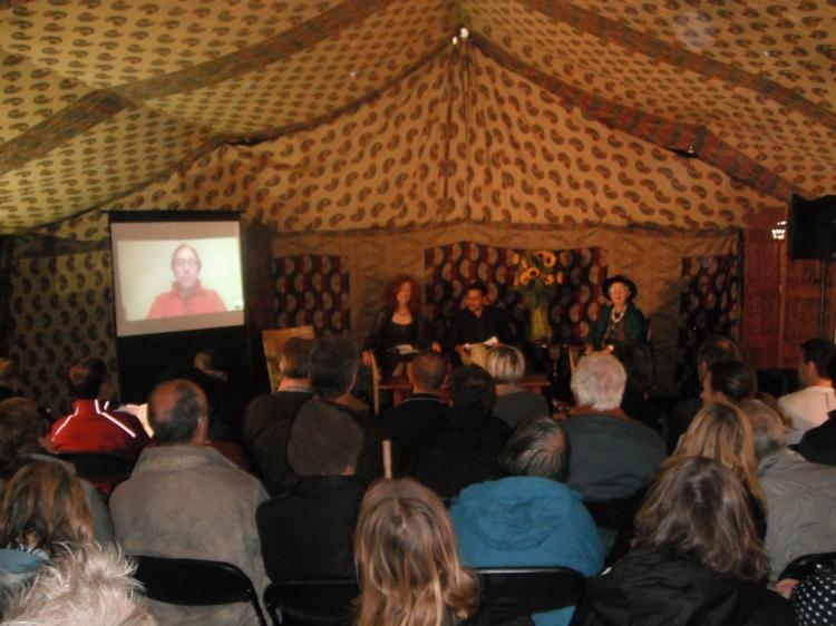 От ляво: Lawrence Krauss (на видео стената), Angie Hobbs, историкът Rana Mitter в ролята на арбитер, Mary Midgley.