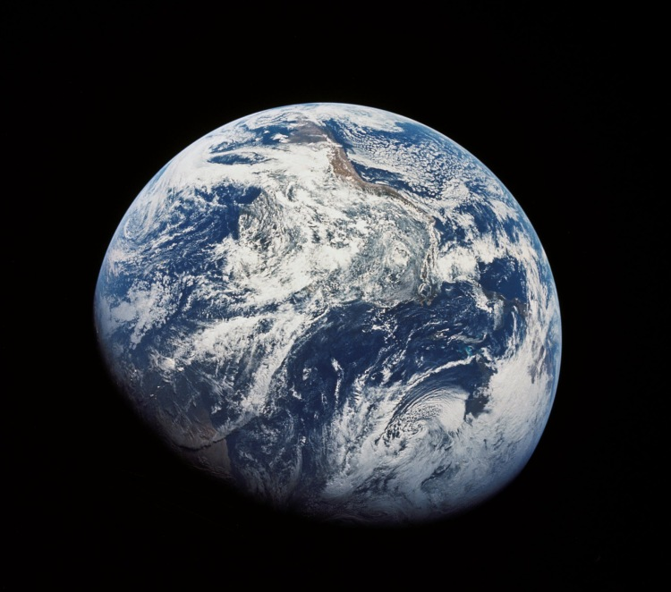 """Първото изображение на Земята в нейната цялост, заснето от астронавти по време на мисията """"Аполо 8"""". Източник: http://history.nasa.gov/ap08fj/photos/a/as08-16-2593hr.jpg"""